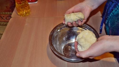 Поделить тесто для ханумы на две части
