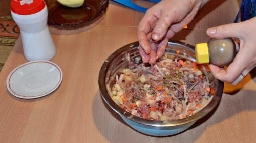 Поперчить начинку для ханум