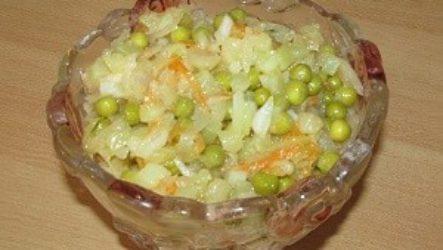 Салат из квашеной капусты с зеленым горошком