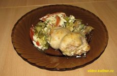 Куриная голень с овощами в сметанном соусе
