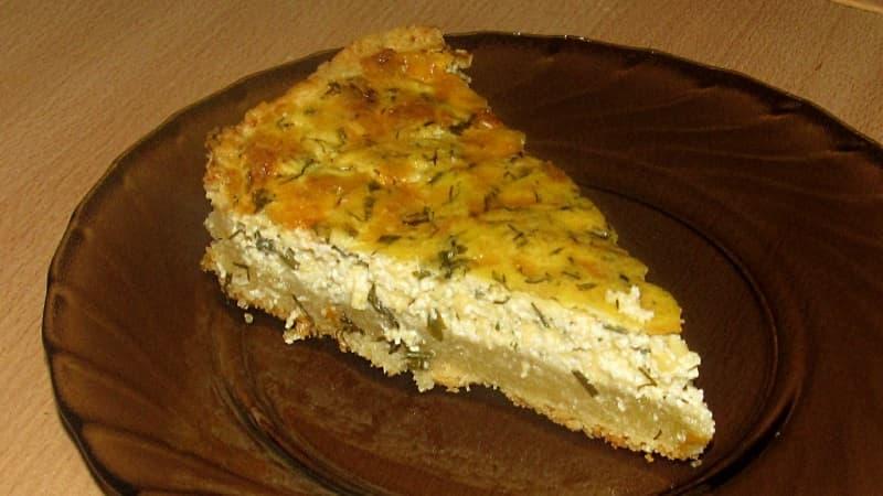 Творожно-сырный пирог с зеленью в разрезе
