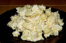 Салат «Дамский каприз» с курицей и ананасами