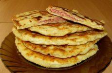 Сырные лепешки на кефире с ветчиной