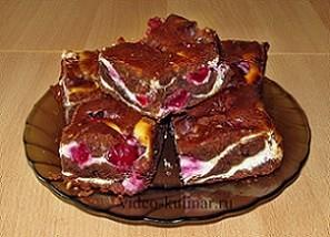 Пирог брауни с творогом и вишней.