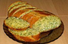 Чесночный батон с сыром и зеленью