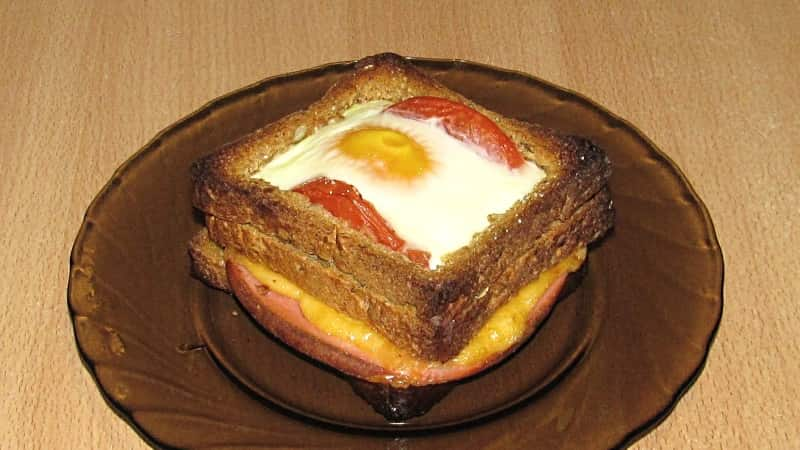 Бутерброд с яичницей и овощами