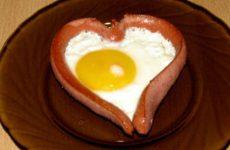 Как красиво приготовить яичницу с сосиской