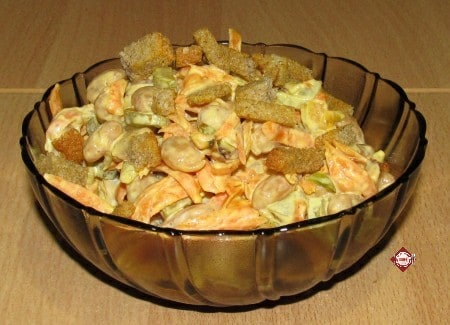 Салат из фасоли и маринованных огурцов с сухариками
