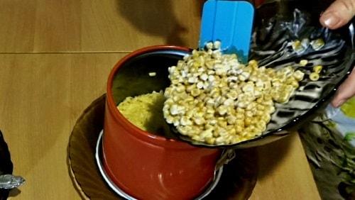 Слой кукурузы в крабовый салат