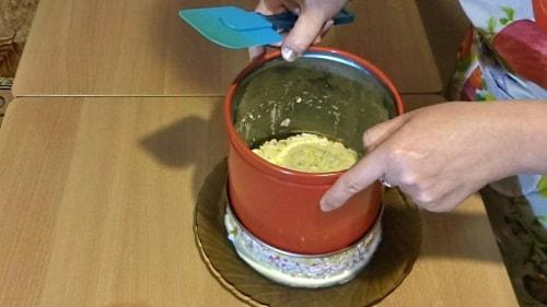 В рабовый салат добавить яйцо и снять форму