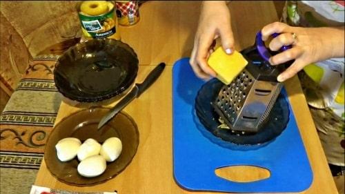 Натереть сыр для салата крабовые палочки