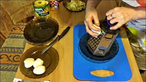 Салат из крабовых палочек - натереть яйца