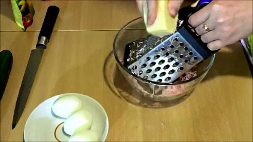 Для мухоморчиков натираем сыр