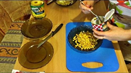 Кукуруза в крабовом салате