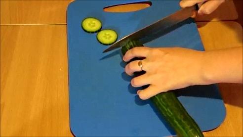 Нарезать огурцы ножом