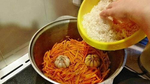 Кладем рис на зирбак для плова