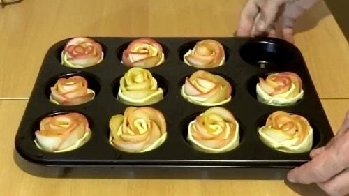 Отпавить яблочные розы в духовку