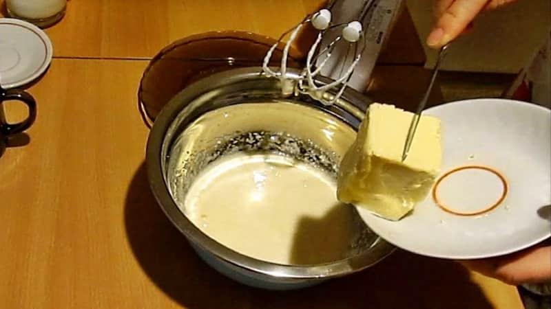 Сливочное масло в молочные коржики