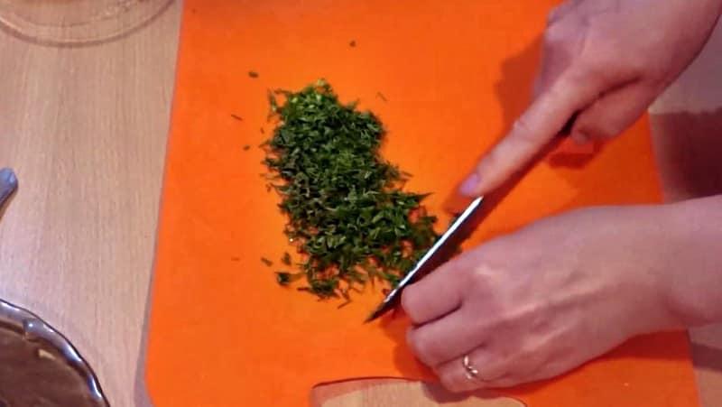 Зелень в маринованные кабачки