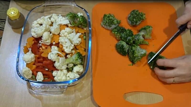 Брокколи в куриную грудку с овощами
