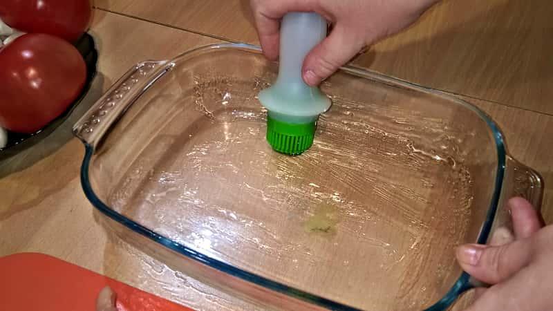 Смазать форму для куриной запеканки с грибами