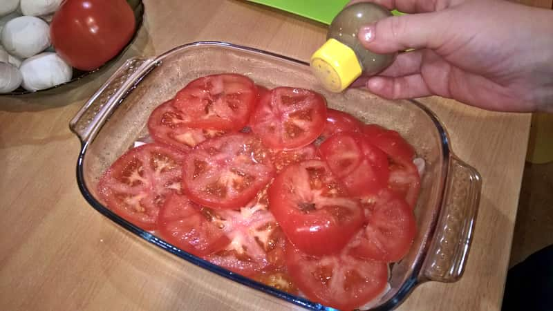 Поперчить куриную запеканку и помидоры